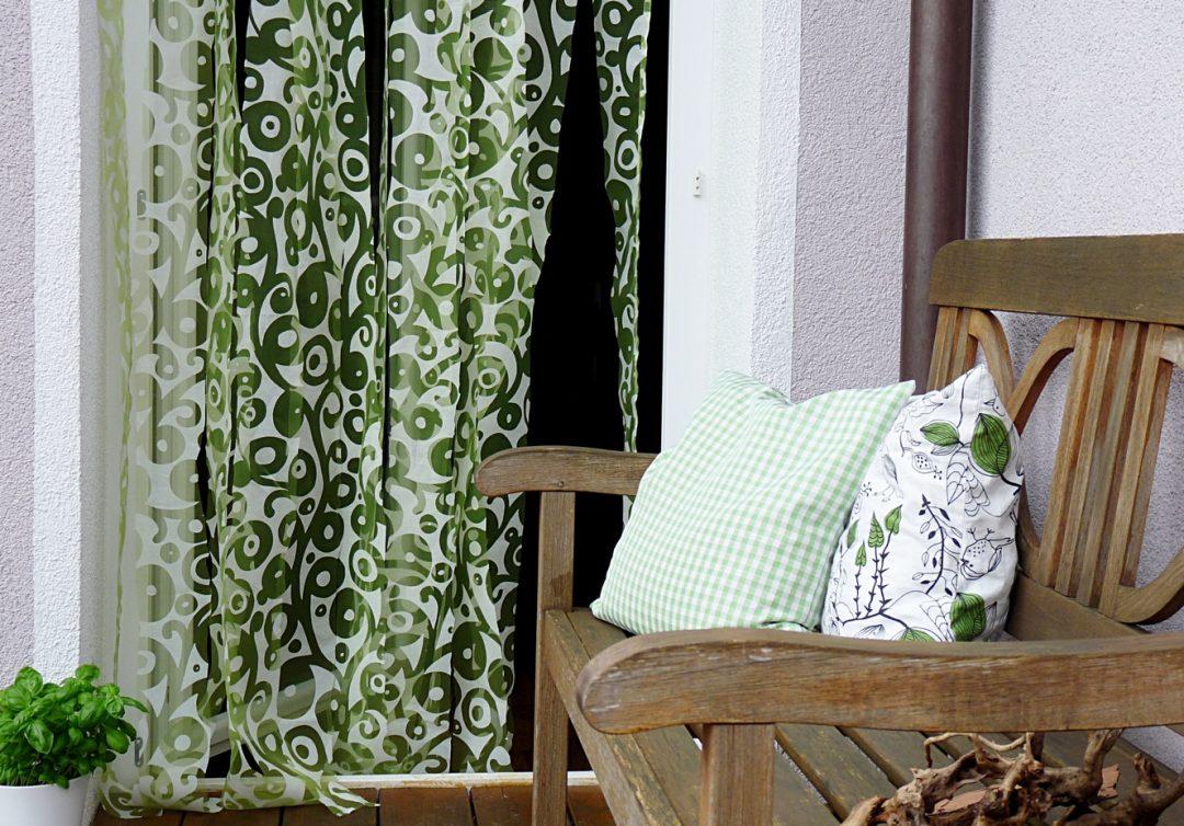ein neuer t rvorhang muss her ruckzuck selbst gemacht aus einer alten gardine my morningsun. Black Bedroom Furniture Sets. Home Design Ideas