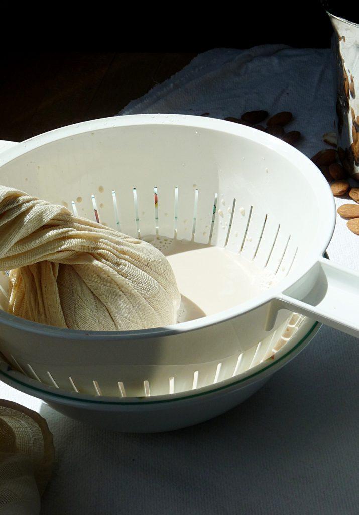 die Mandelmilch wird jetzt durch das Tuch gefiltert
