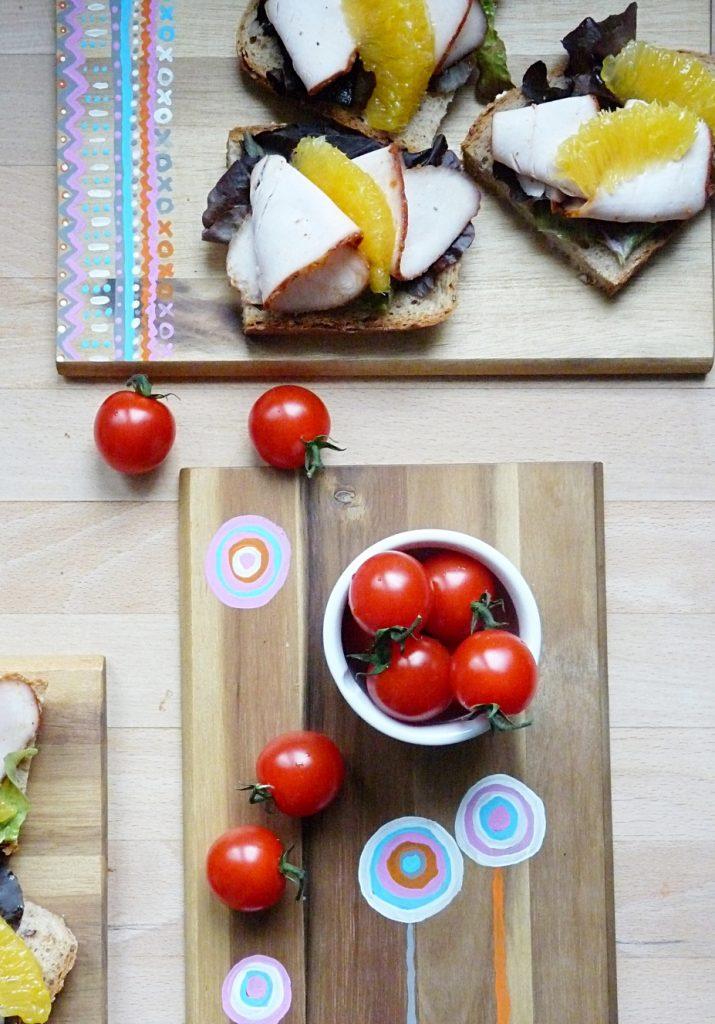 tomaten-als-snack-auf-selbst-bemalten-holzbrett