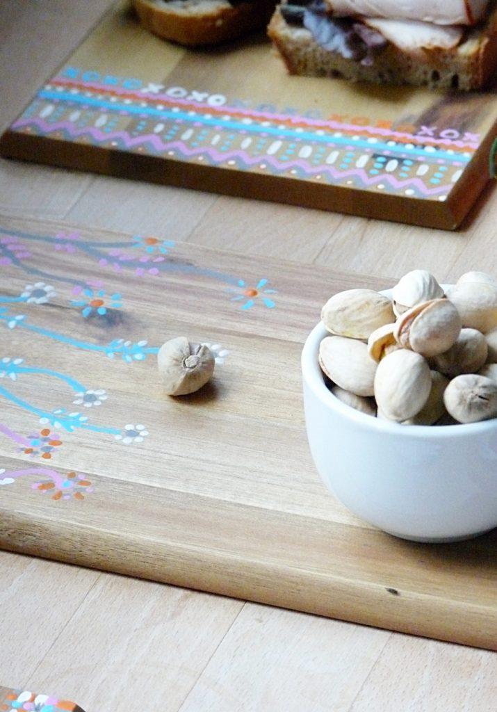 leckere-snacks-auf-diy-holzbrettern-im-boho-style