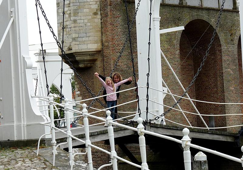 Robin und ich auf einer Zugbrücke in Zierikzee Zeeland