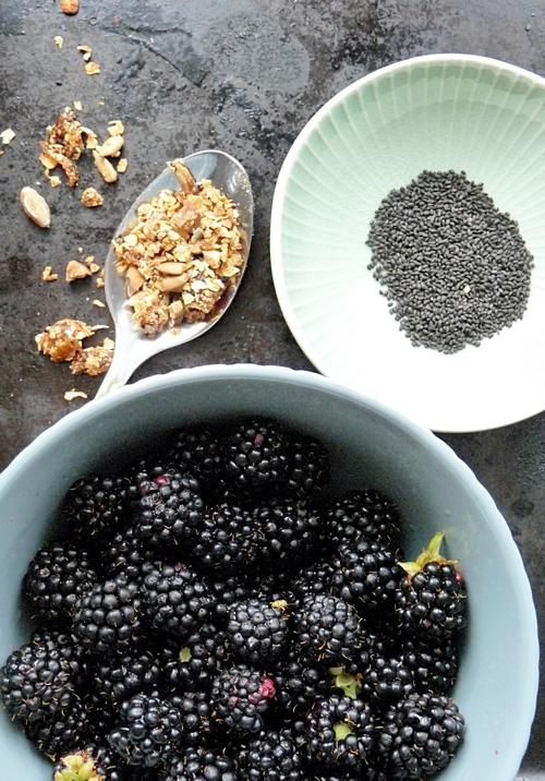 Granola mit Brombeeren und Basilikumsamen