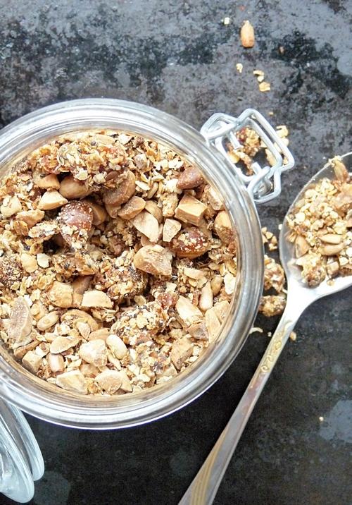 Granola mit Mandeln und Datteln