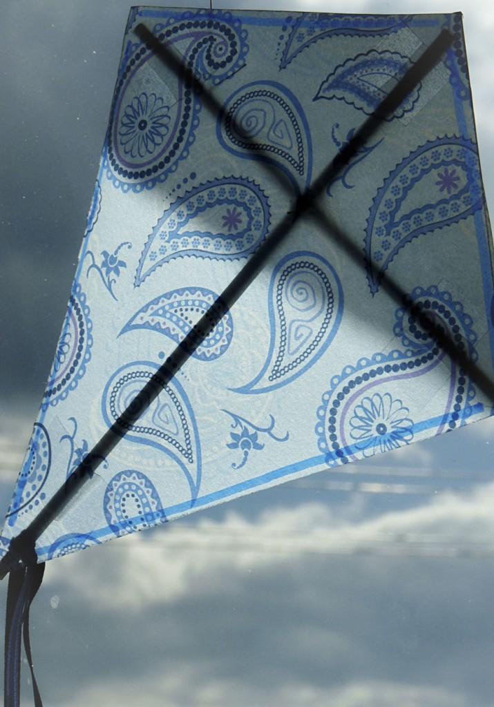 Drache aus Transparentpapier als Fensterbild