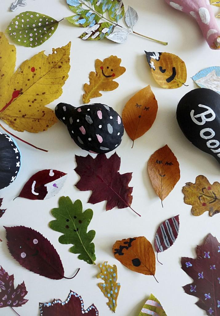 Herbstblätter und bunte Kürbisse