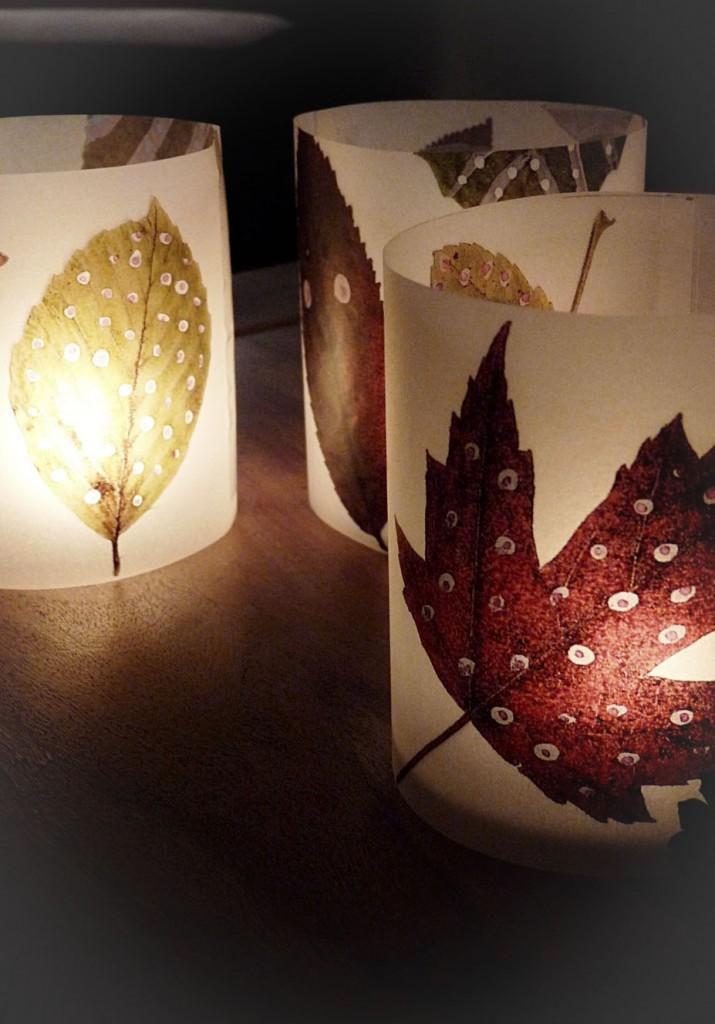 Windlichter mit Herbstblättern