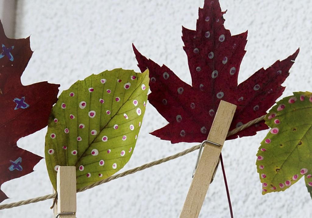 bemalte Herbstblätter an der Leine