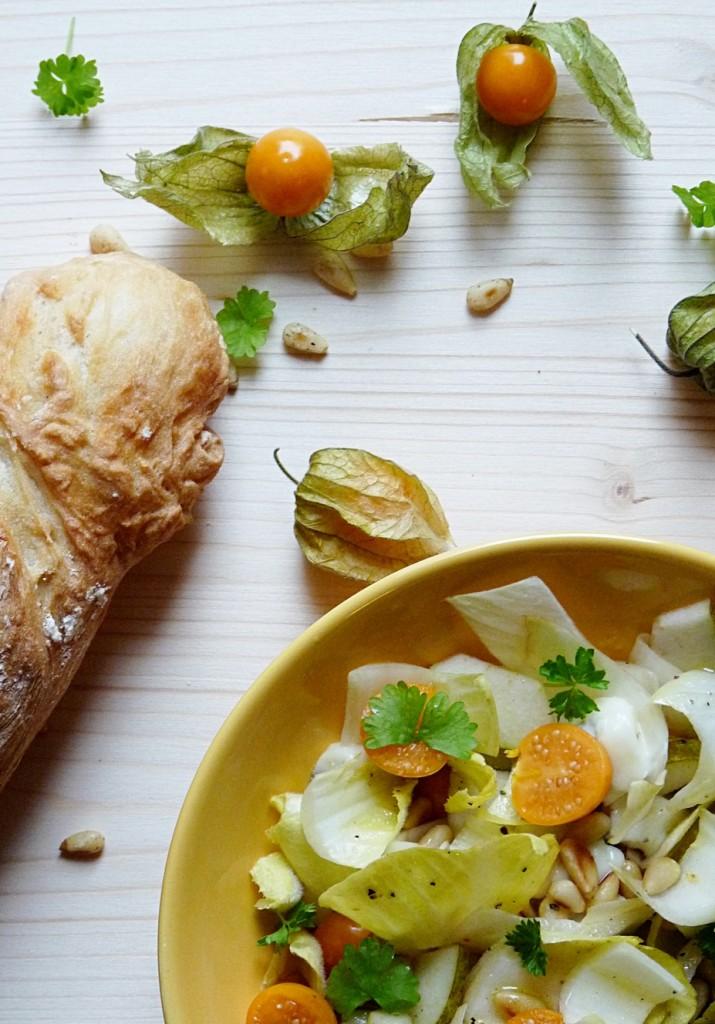 Salat mit Chicoree und Physalis perfekt