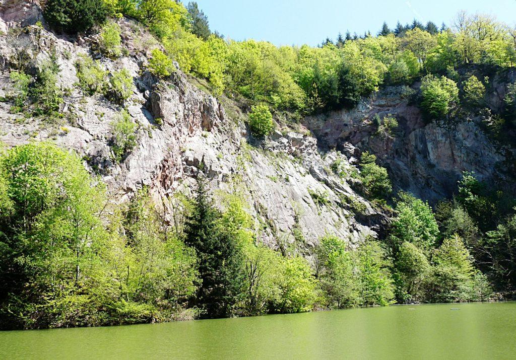 9_Die 50 m hohe Felswand aus Porphyr