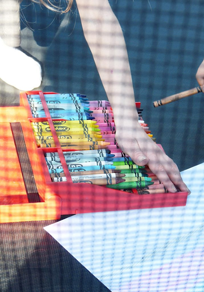 wir malen in der Sonne auf dem Trampolin