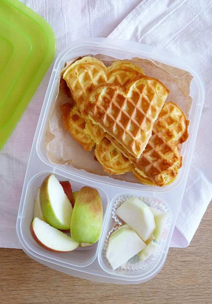 Bento Box mit Waffelherzen Apfelschnitzen und Kohlrabi