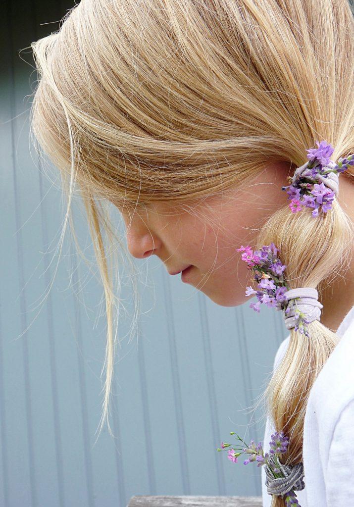 Blumen in den Haaren