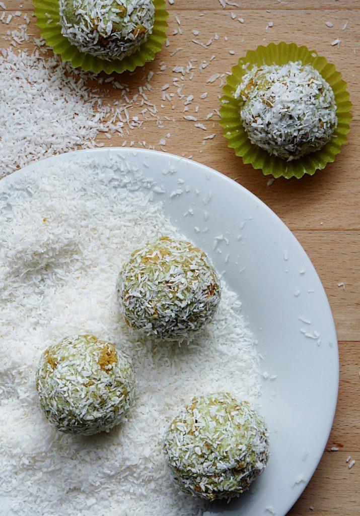 matcha-quarkbaellchen-in-kokosflocken-mit-chlorophyll