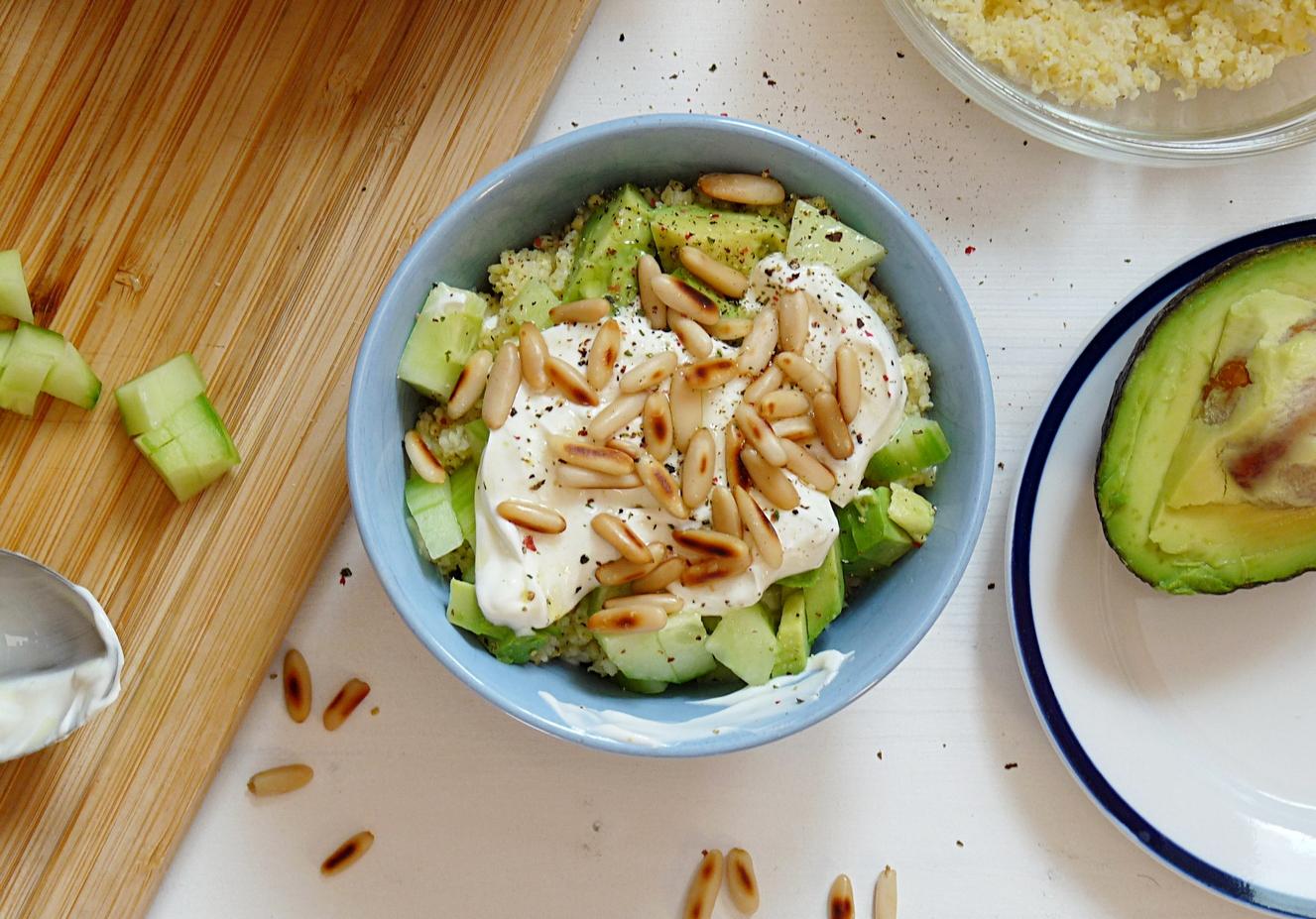 Savory Yoghurt mit Avocado und HIrse