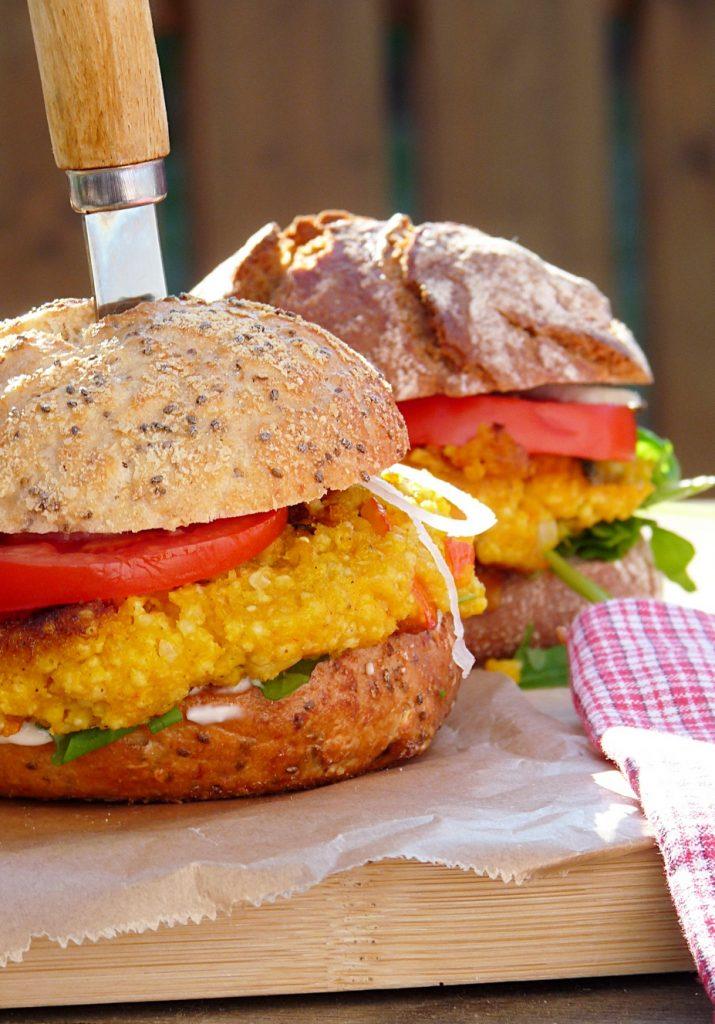 Leckere Burger mit Kürbis-Hirse-Frikadellen