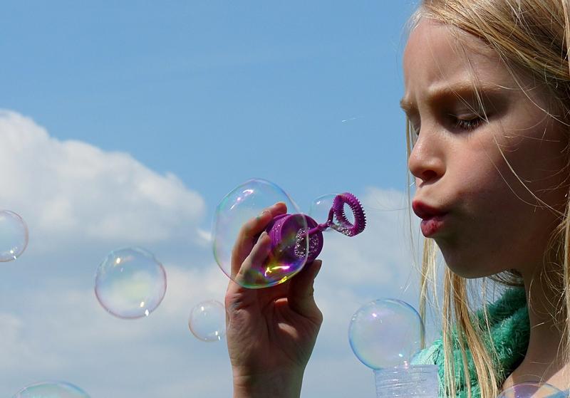 Robin macht Seifenblasen - spielen Erwachsene